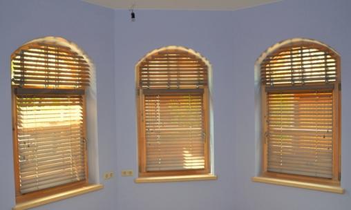 деревянные окна с аркой